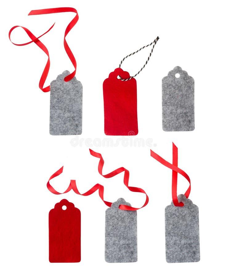 套颜色在白色背景隔绝的礼物标记 圣诞节礼物标记栓与红色丝带 库存图片