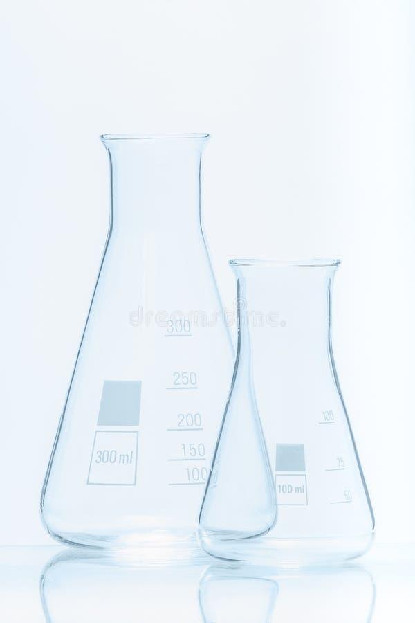 套measurments的两个空的温度抗性圆锥形烧瓶 免版税库存图片