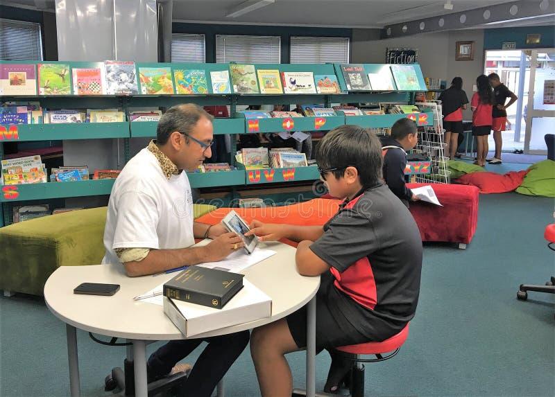 奥克兰新西兰3月2016眼镜师第11检查小学生的眼睛视域在小学 免版税库存照片