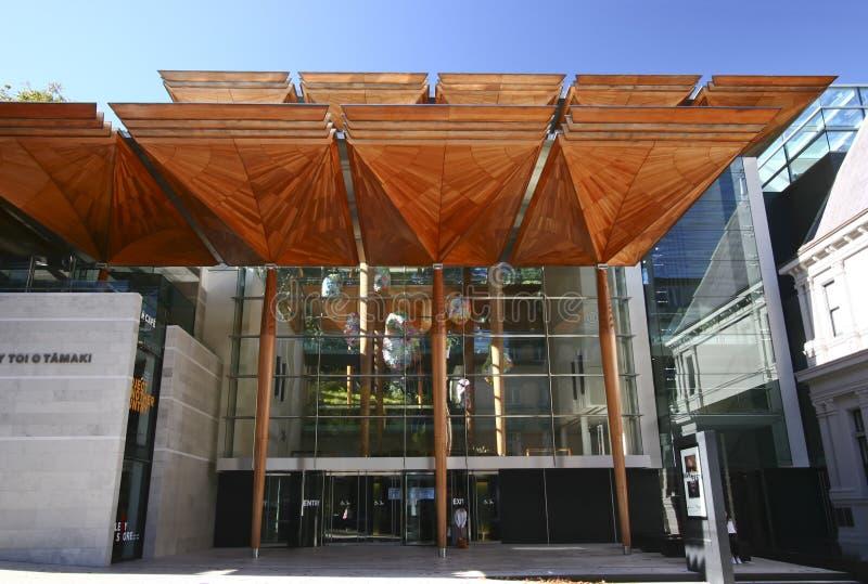 奥克兰美术馆远井o TÄ与树状的机盖结构入口的 maki,新西兰现代门面  免版税库存照片
