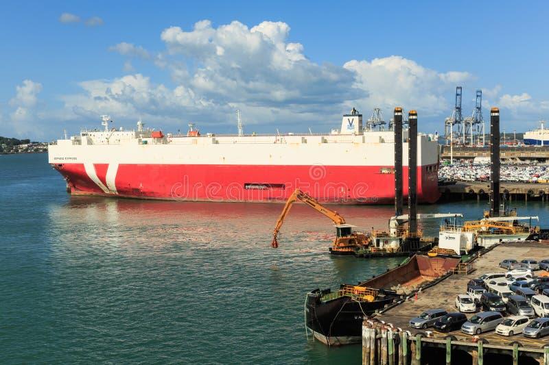 奥克兰,新西兰港,有一艘巨大的车载体船的 库存图片