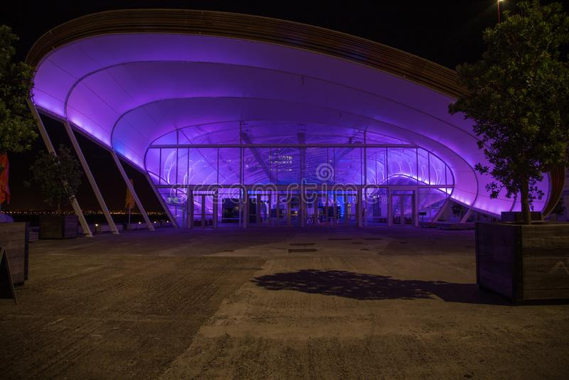 奥克兰,新西兰,2014年11月,26日;云彩奥克兰的街市地点在与霓虹桃红色和紫色光的晚上打开了 库存照片