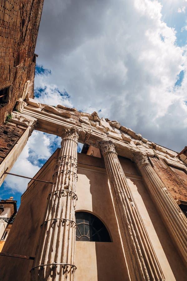 奥克塔维娅Portico di Ottavia门廓是与天空蔚蓝的一个古老结构有白色云彩背景在罗马,意大利 免版税库存图片