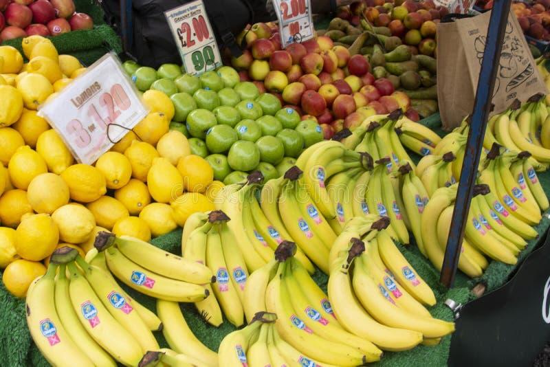 奥克姆 2019年10月19日 — 户外市场、柑橘水果摊、香蕉 免版税库存照片