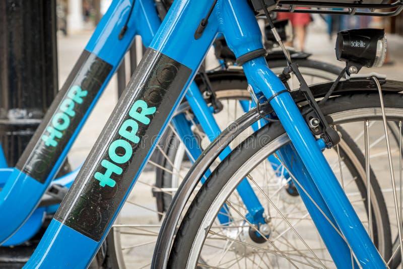 奥兰多,佛罗里达- 2019年7月13日:在一条街市街道上停放的蓝色HOPR自行车份额自行车 免版税库存照片