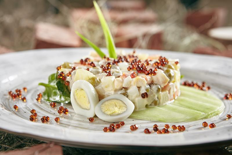 奥利维尔沙拉或俄语Salat用三文鱼和红色鱼子酱浸泡 库存照片