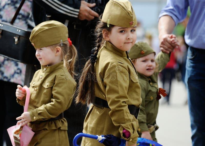 奥勒尔号,俄罗斯,2019年5月09日:胜利天,不朽的军团游行 WWII战士制服的小孩走在街道的 图库摄影