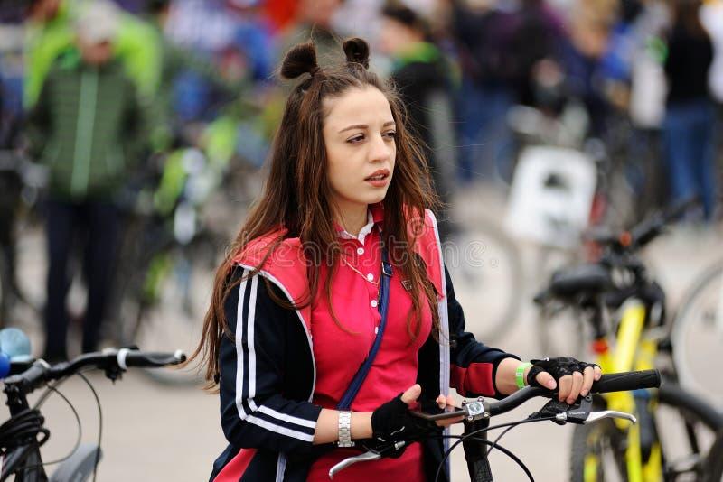 奥勒尔号,俄罗斯- 2017年5月28日:Bikeday 女孩自行车骑士 图库摄影