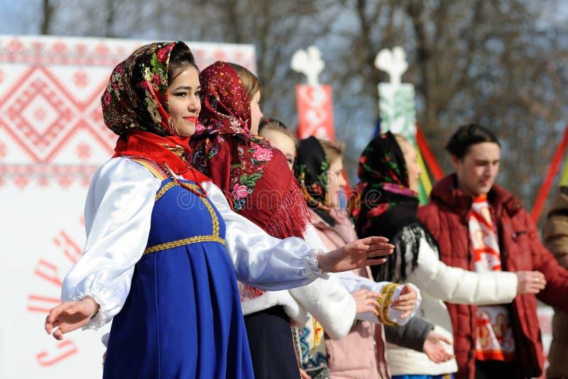 奥勒尔号,俄罗斯- 2017年2月26日:Maslenitsa费斯特女孩在拉斯 图库摄影