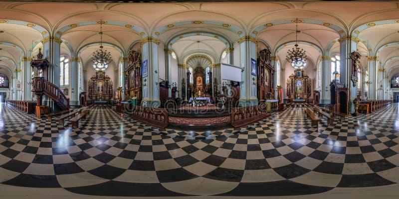 奥古斯图夫,波兰- 2019年7月:充分的无缝的球状hdri全景360度在内部哥特式宽容大教堂的角度图  库存图片