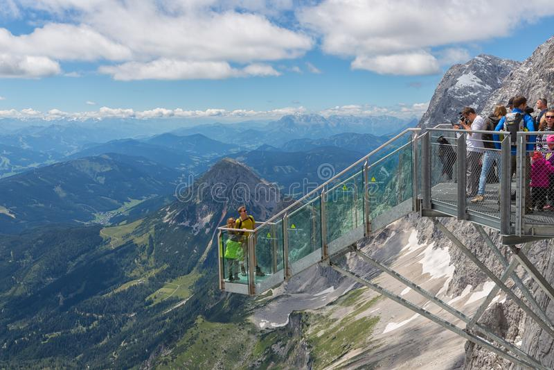 奥地利人与拍照片的远足者的Dachstein山在看法平台 库存照片