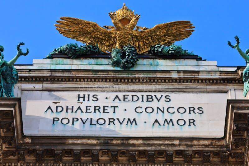 奥地利双老鹰朝向皇家宫殿 库存照片