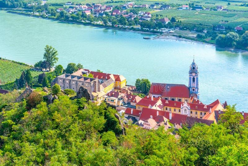 奥地利多瑙河瓦豪谷杜恩斯坦村的风景航空景观 免版税图库摄影