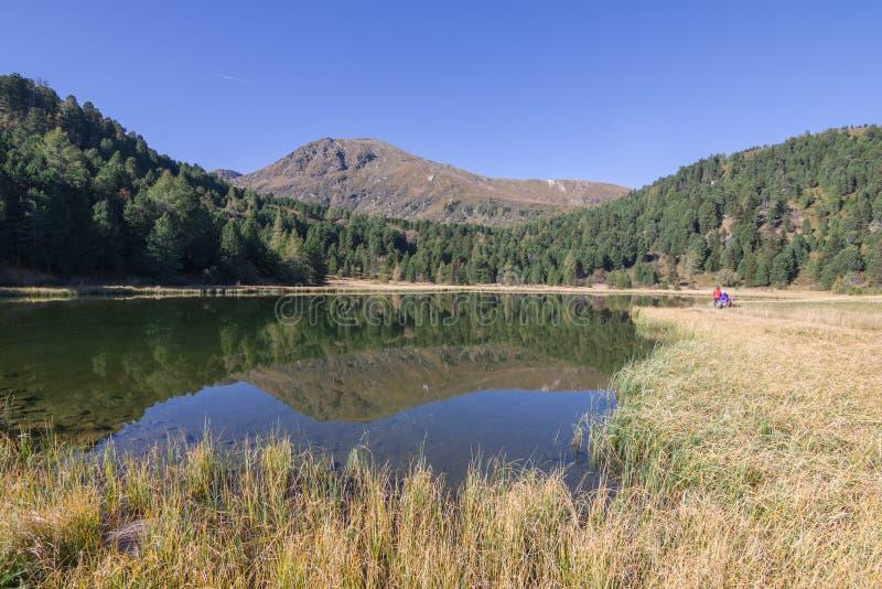 奥地利山的安静的山秋天湖, 免版税库存照片