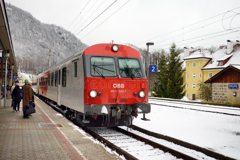 奥地利巴德伊施尔 — 2018年1月20日:当地的火车抵达巴德伊施尔火车站 免版税图库摄影