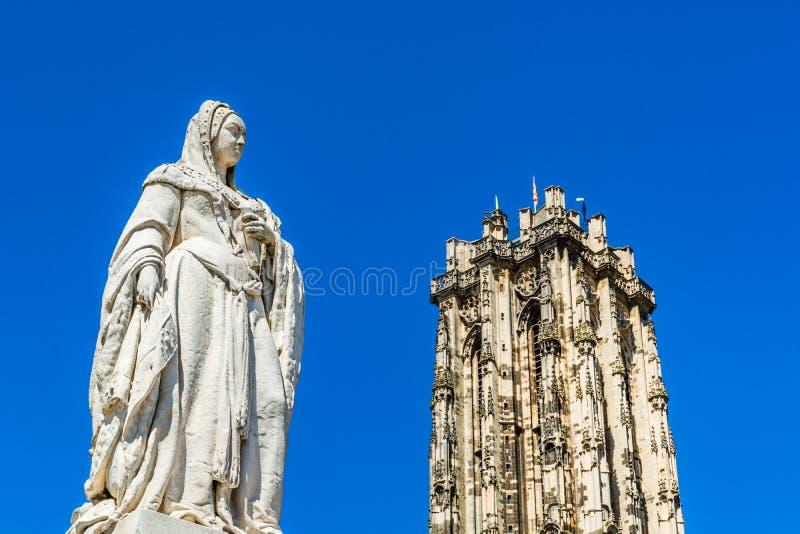 奥地利玛格丽特大公爵雕像和比利时梅赫伦圣伦博尔德大教堂塔 免版税库存图片