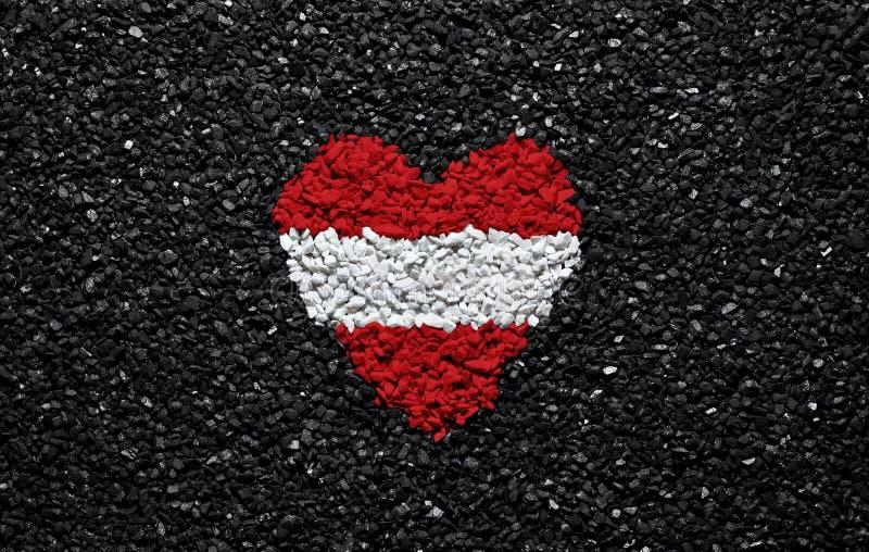 奥地利的旗子,奥地利旗子、心脏在黑背景,石头、石渣和木瓦,墙纸 免版税库存照片