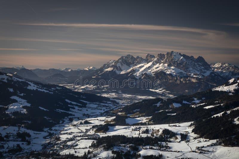 奥地利蒂罗尔州菲伯布伦的怀尔德凯泽山峰,冬日的夕阳下雪 免版税库存照片