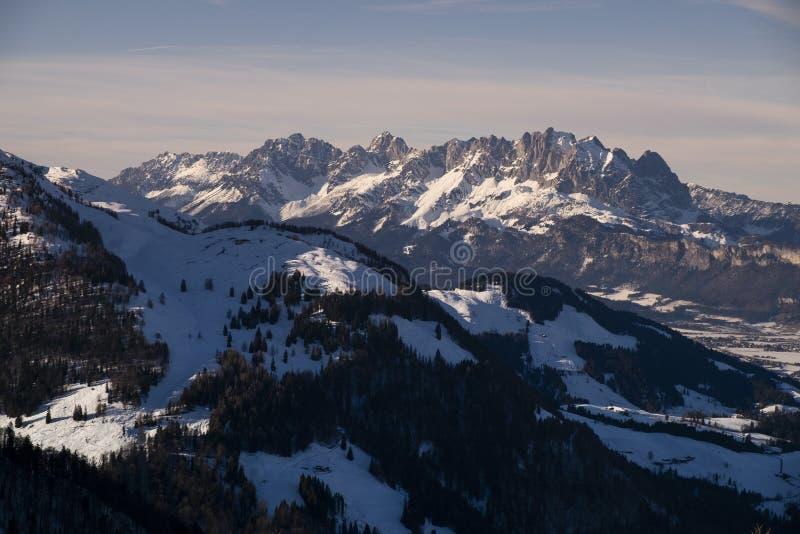 奥地利蒂罗尔州菲伯布伦的怀尔德凯泽山峰,冬日的夕阳下雪 免版税图库摄影