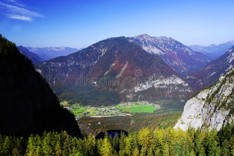 奥地利阿尔卑斯的风景秋天风景从Krippenstein Dachstein电车的 免版税库存照片