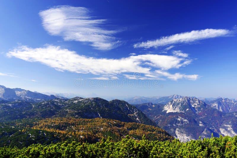 奥地利阿尔卑斯的风景秋天风景从Krippenstein Dachstein电车的 库存照片