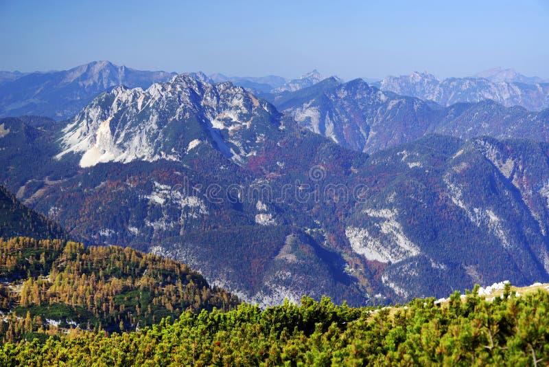 奥地利阿尔卑斯的风景秋天风景从Krippenstein Dachstein电车的 库存图片