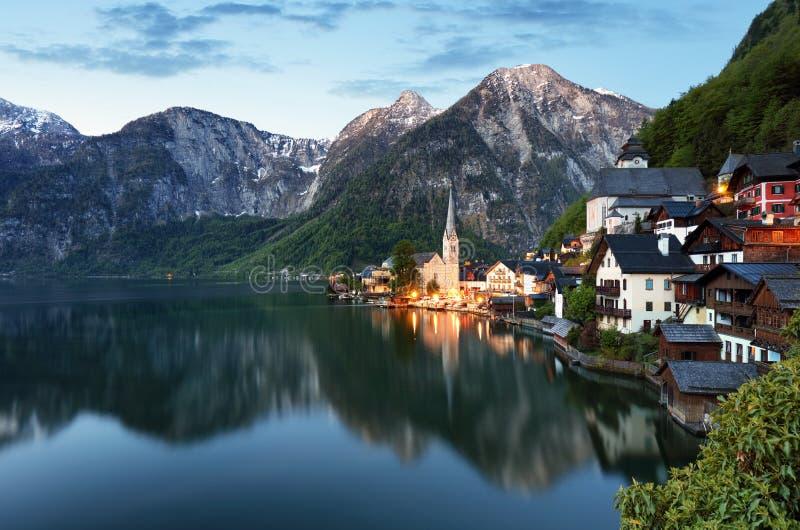 奥地利阿尔卑斯风景, Hallstatt在晚上 库存照片