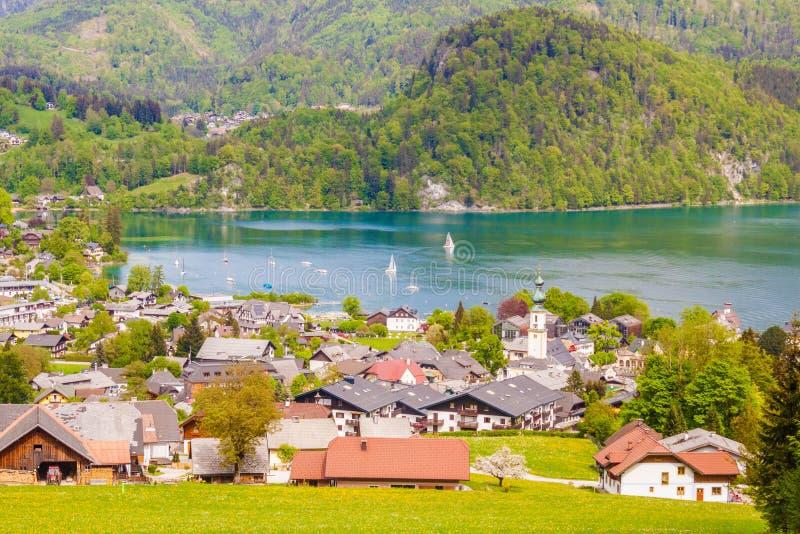 奥地利高山村庄圣Gilgen和Wolfgangsee湖看法  免版税库存照片