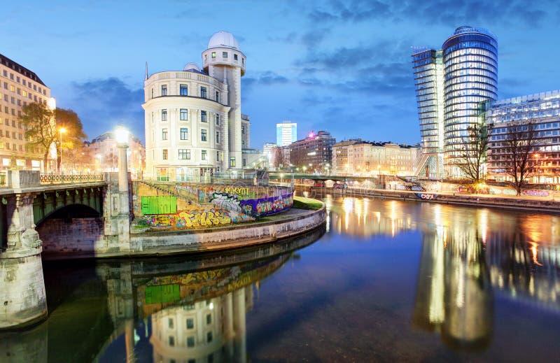 奥地利,有多瑙河运河的在晚上,维恩现代维也纳 库存图片
