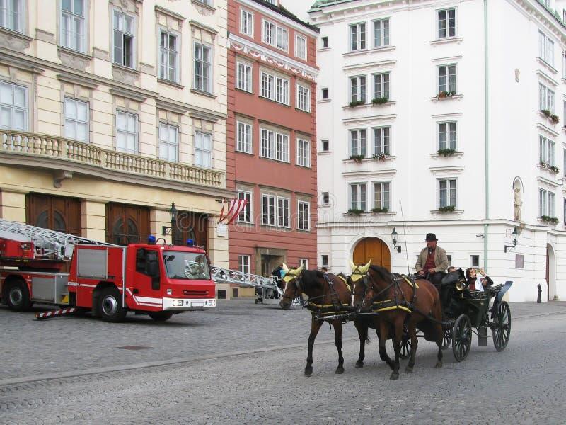 奥地利 老和现代大厦在维也纳吸引游人 库存照片
