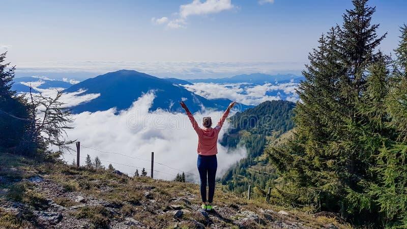 奥地利-起来的女孩她的手,自由,当远足时 免版税图库摄影