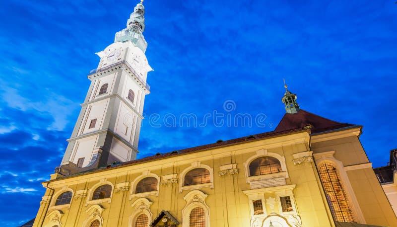 奥地利klagenfurt 城市建筑学a美妙的夜视图  免版税库存图片