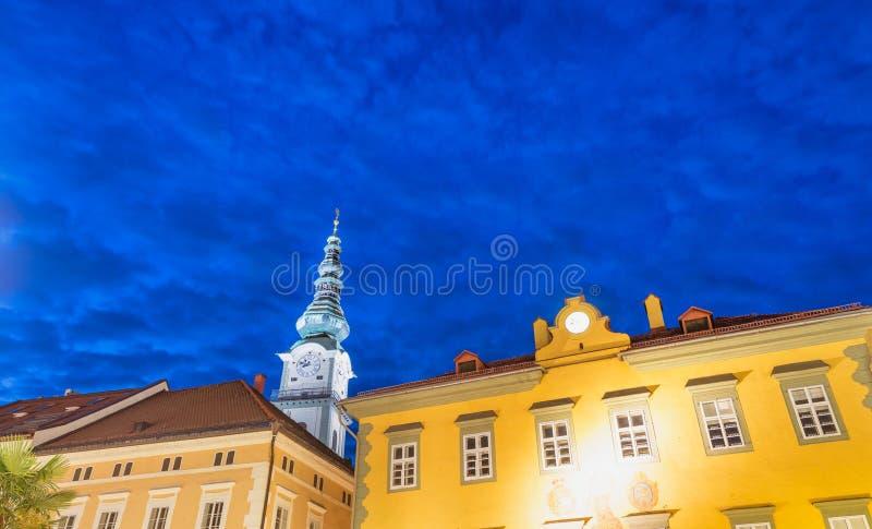 奥地利klagenfurt 城市建筑学a美妙的夜视图  免版税库存照片