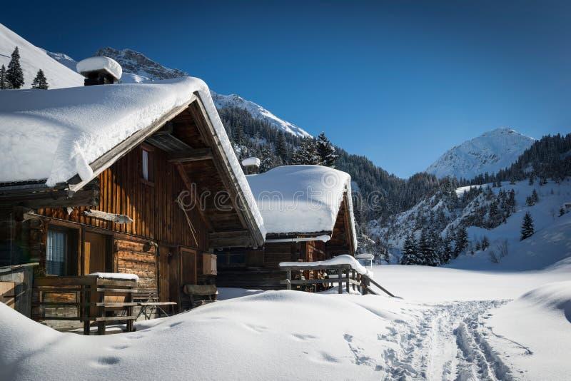 奥地利lechtal山的木房子 免版税库存图片