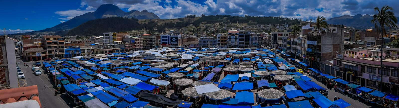 奥塔瓦洛,厄瓜多尔,2018年11月06日:街市美好的全景与位于有a的奥塔瓦洛的小屋的 免版税库存图片