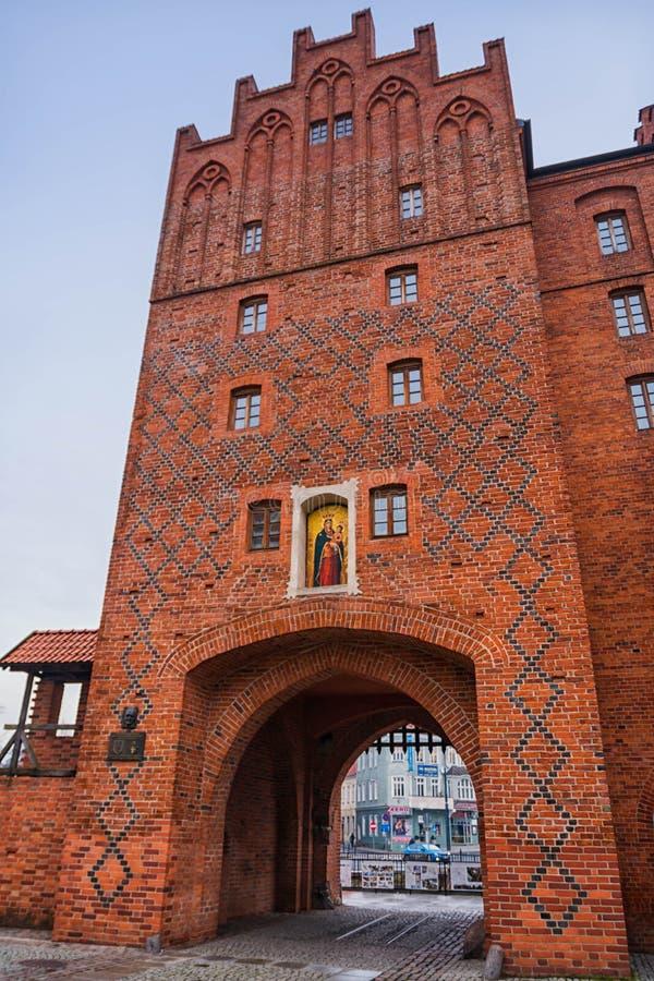 奥尔什丁,波兰2017年 11 30 有一个垂直闭合值的金属格栅的上部门在14世纪建设的奥尔什丁老镇 免版税库存图片