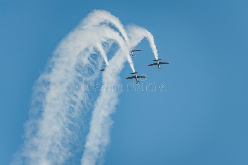 奥尔利克队在天空显示巨大展示并且忘记a抽烟 库存图片
