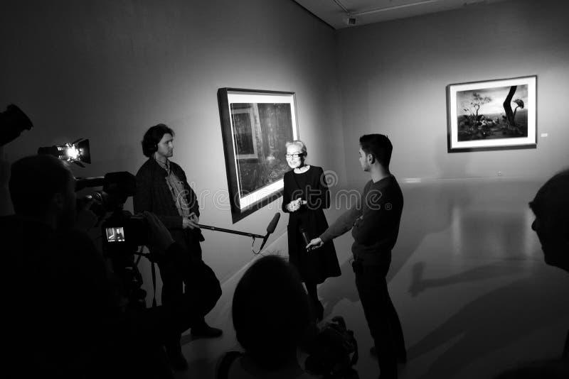 奥尔加Sviblova接受采访在摄影陈列 库存照片