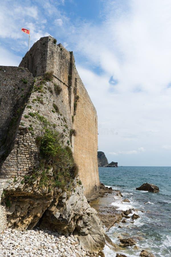 奥尔德敦和堡垒墙壁在亚得里亚海在布德瓦,黑山 外部墙壁使修筑树篱海滩的海平静 E 库存照片