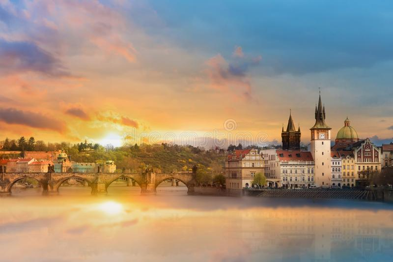 奥尔德敦大厦、查尔斯桥梁和伏尔塔瓦河河的风景夏天视图在布拉格在令人惊讶的日落期间,捷克 库存照片