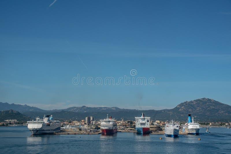 奥尔比亚,意大利轮渡天空海岛港口 免版税库存照片