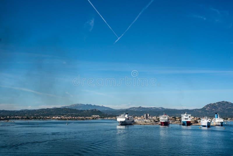 奥尔比亚,意大利轮渡天空海岛港口 免版税库存图片