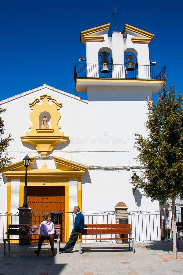 奥尔维拉,卡迪士省,安大路西亚,西班牙- 2008年3月25日:安达卢西亚广场的两个人和Iglesia de拉维多利亚 库存图片