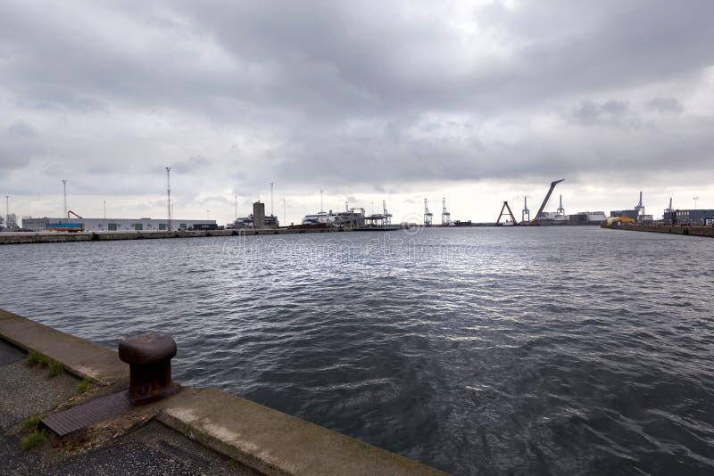 奥尔胡斯海洋工业港多云天气的 库存图片