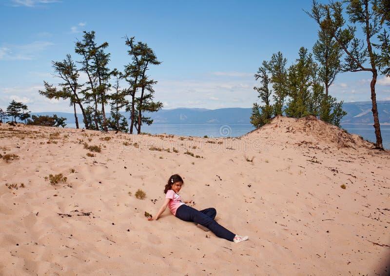 奥尔洪岛沙子的女孩 免版税库存图片