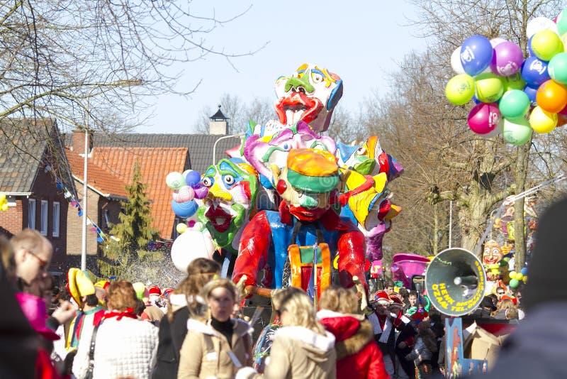 奥尔登扎尔,荷兰- 2011年3月6日:五颜六色的狂欢节的人们穿戴在每年狂欢节队伍期间在奥尔登扎尔,下面 库存照片
