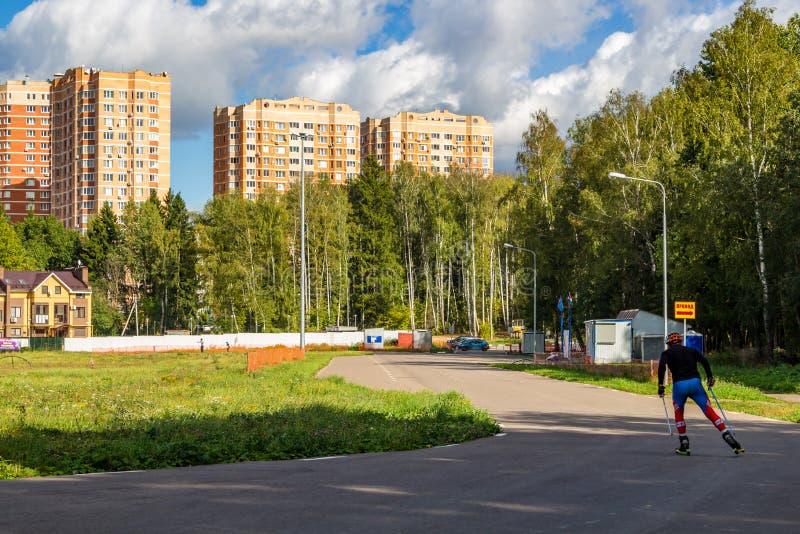 奥布宁斯克,俄罗斯- 2018年9月:滑雪路辗轨道在城市 库存图片