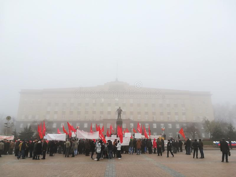 奥廖尔州,俄罗斯- 2018年11月07日:以纪念伟大的十月社会主义革命101st周年的队伍集会举行了 免版税库存照片