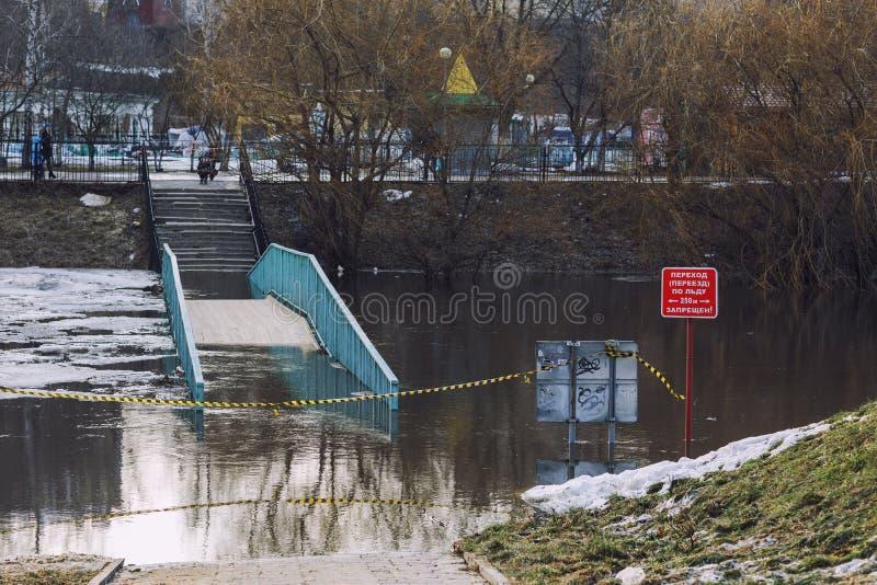 奥廖尔州,俄罗斯- 2018年4月06日:在河的被充斥的桥梁或 免版税库存图片