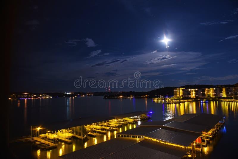 奥扎克族印第安人的湖的夜视图在密苏里 免版税库存图片